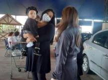 Márcia Itamoto orienta as mães durante vacinação no Complexo Ayrton Senna. Foto: Divulgação/PMETRP