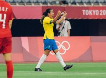 Marta faz história e comanda goleada do Brasil sobre a China na estreia em Tóquio