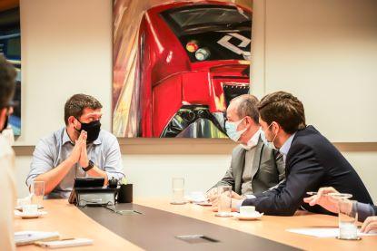 Pedro Tegon Moro recebeu o prefeito Tite Campanella e o deputado estadual Thiago Auricchio nesta segunda-feira. Foto: Letícia Teixeira / PMSCS