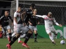 Com um a mais desde o 1º tempo, São Paulo vence Vasco e avança na Copa do Brasil