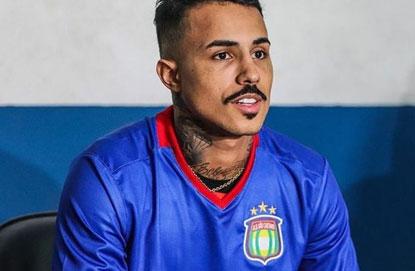 Com carreira na música, MC Livinho realiza sonho de ser jogador de futebol