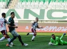 Flamengo vence Palmeiras de virada e se aproxima dos líderes do Brasileirão