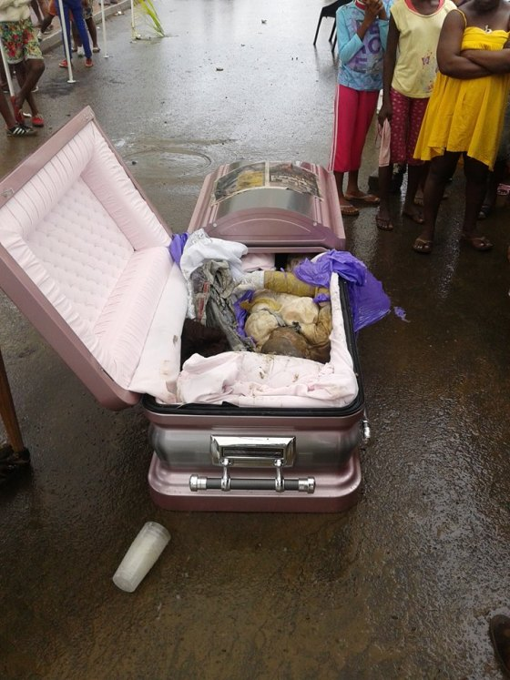 El ataúd procedente de Ghana. Supuestamente dentro estaba el cuerpo de la joven asesinada o desaparecida.
