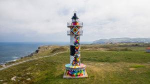 Faro del Ajo en Cantabria, obra de Okuda.