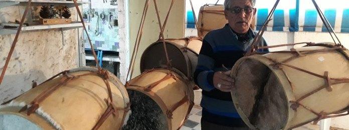 El artesano de Guatraché que con 79 años repara instrumentos musicales