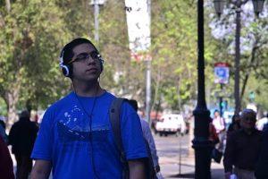 Consulta revela que más del 87% escucha música con auriculares inadecuados