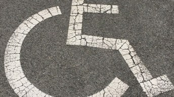 Video: Le dan su merecido por estacionarse en zona para personas con discapacidad @MensajerosU