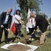 Plantan primer árbol donado por pasajero del Aeropuerto de Santiago para reducir la huella de carbono