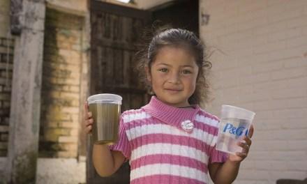 Programa Agua Limpia de P&G celebra la entrega de 10 mil millones de litros