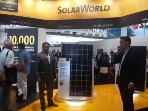 Christof Horn, gerente comercial de Heliplast, en IntersolarEurope 2016 en Múnich, donde lanzaron los nuevos paneles solares fotovoltaicos de cinco barras de conducción de silicio monocristalino, los más eficientes de la industria.