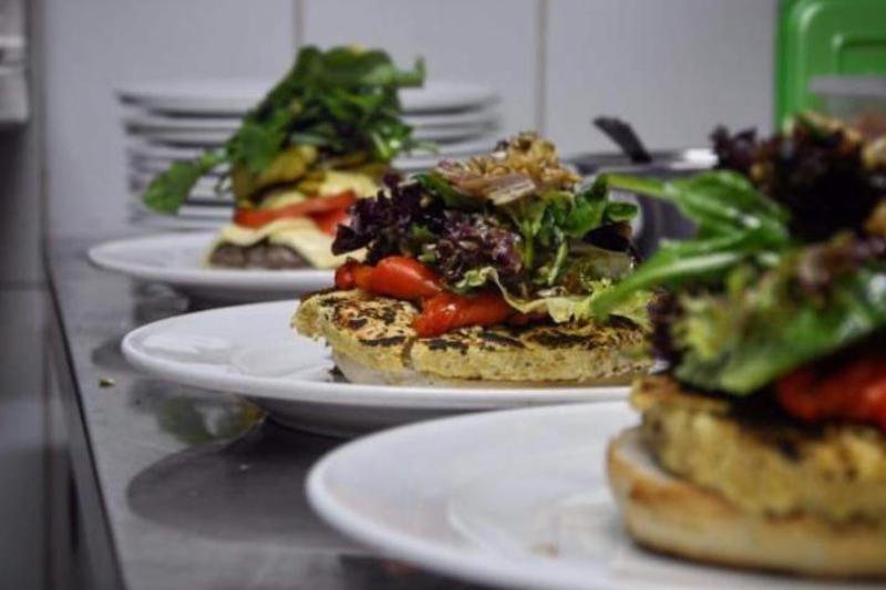 Crean innovadora hamburguesa de garbanzos para veganos