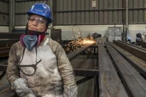 Arremeten con éxito mujeres soldadoras en la industria salmonera en Puerto Montt