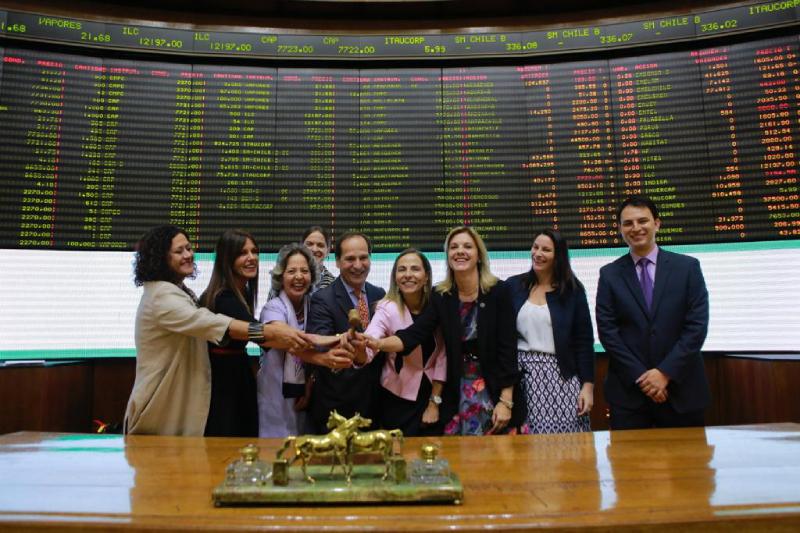 """Bolsa de Santiago realiza """"Ring the Bell"""" para promover participación activa de mujeres en el mundo empresarial"""