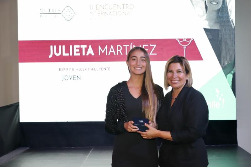 Fundadora del movimiento Tremendas recibe premio Mujer Influyente Joven 2019