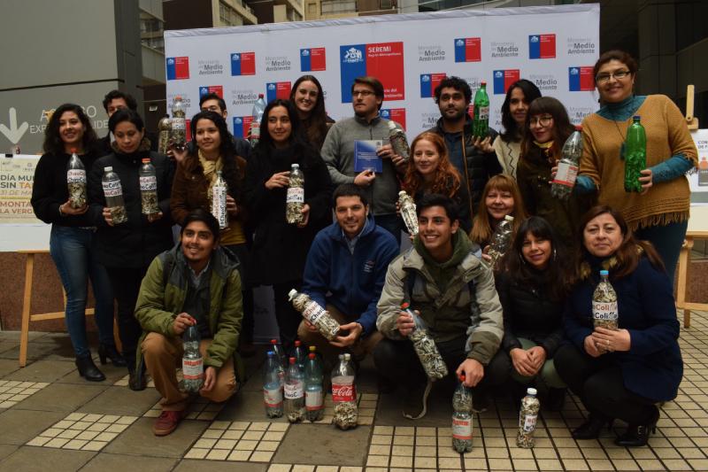 """Construyen """"Montañas de la Vergüenza""""con cientos de colillas recolectadas en todo Chile"""