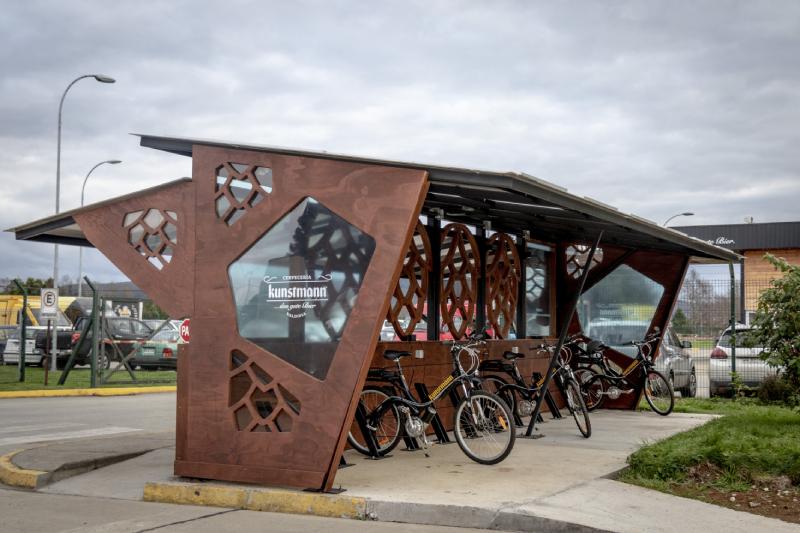 Inauguran primer terminal de carga con energía solar para bicicletas eléctricas en la Región de Los Ríos