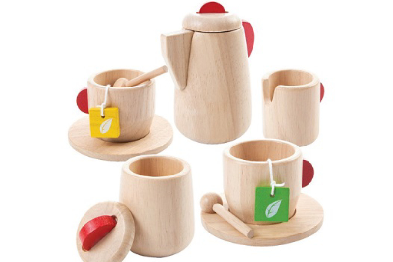 Juguetes ecológicos hechos con materiales reciclados como plástico y maderas de caucho