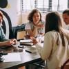 Tres acciones que las empresas y los gerentes, hombres y mujeres, pueden tomar para ayudar a abordar la brecha de inspiración y apoyar a las mujeres que suben de rango
