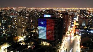 """Con música y juegos de luces Enel Chile saluda a los """"héroes sin capa"""" de la emergencia del coronavirus"""
