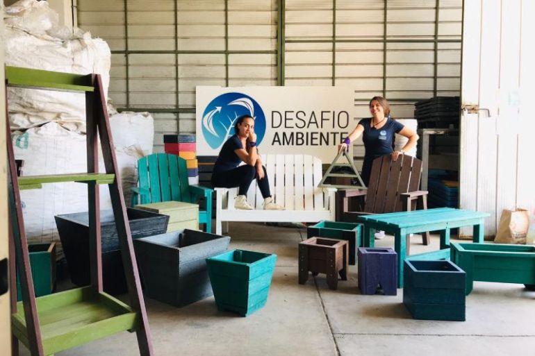 Startup femenina transforma la basura plástica en sillas y material de construcción