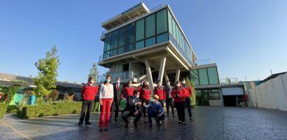 Ministro de Energía Juan Carlos Jobet visita edificio eficiente único en Latinoamérica que cuenta con ascensores que generan energía, construcción eficiente, paneles solares, cargadores para autos eléctricos y baterías