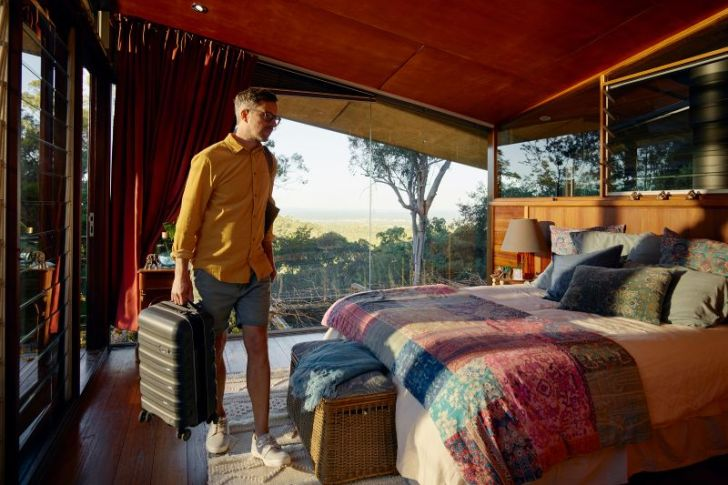 Airbnb busca a 12 personas para vivir donde quieran durante un año