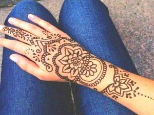 tatuaje-para-la-mano-de-una-mujer