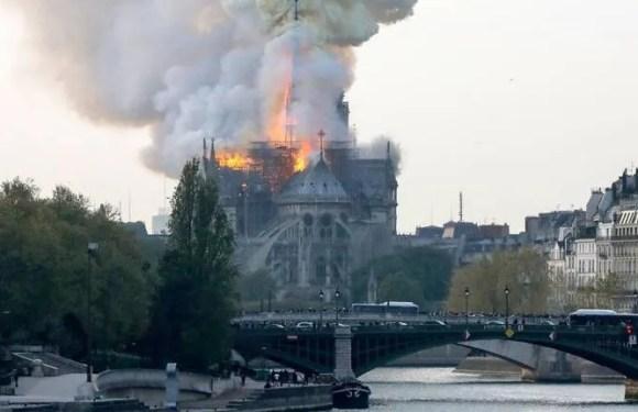 La catedral  de Notre Dame  en Paris , en llamas, el mundo recibe las noticas con trizteza