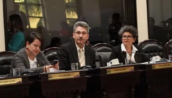 Avanza en el Legislativo proyecto para regular altas comisiones por uso de datáfonos.