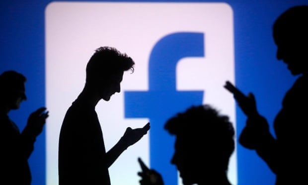 """Facebook se """"cae"""" un día después que lo denunciaran por afectar la salud mental de los usuarios a cambio de dinero."""