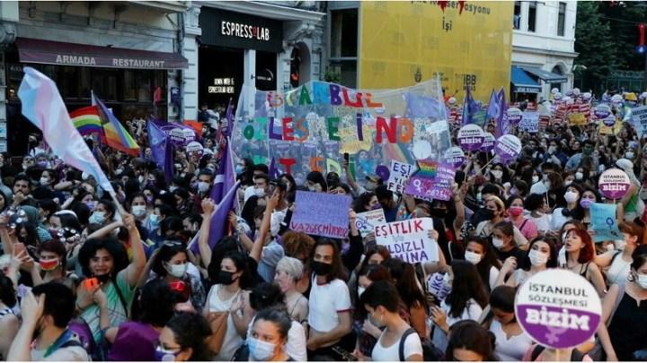 Turquie: manifestation contre le retrait officiel d'un traité protégeant les femmes