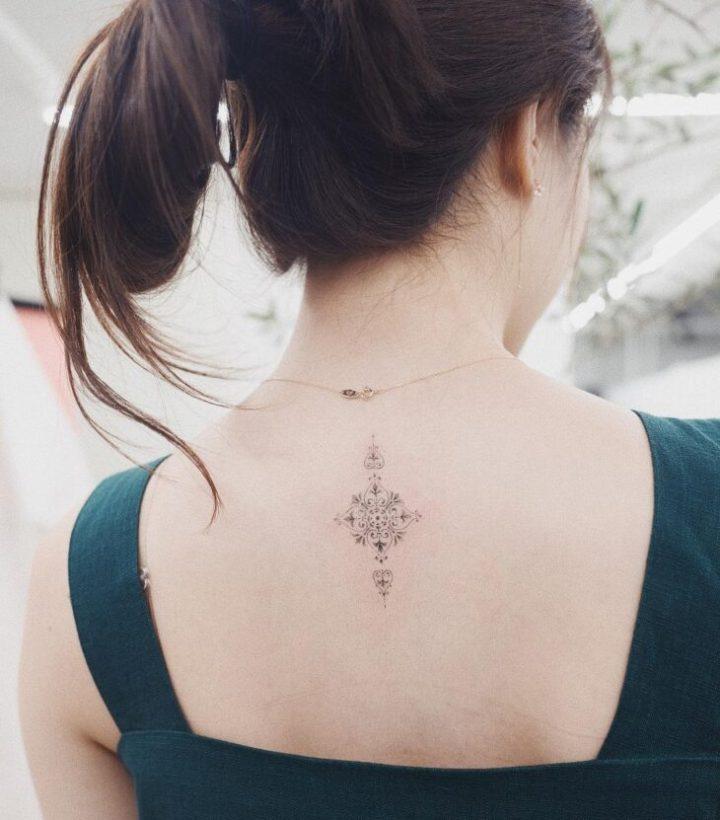 Tatuagem feminina nas costas: 200 fotos apaixonantes (a 90 é INCRÍVEL!)