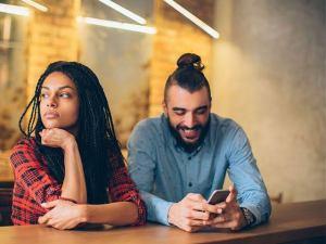 Como lidar com um parceiro que não sai do telefone