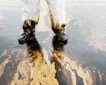 Como os derramamentos de óleo são limpos?