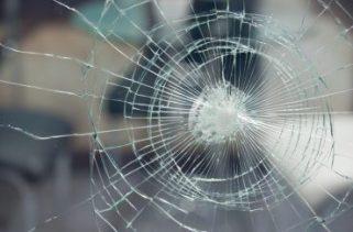 Quando o vidro congela, ele freqüentemente quebra. Por quê?