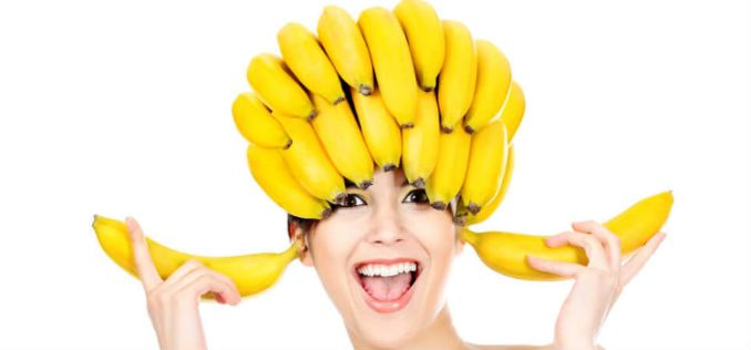 casca de banana no cabelo