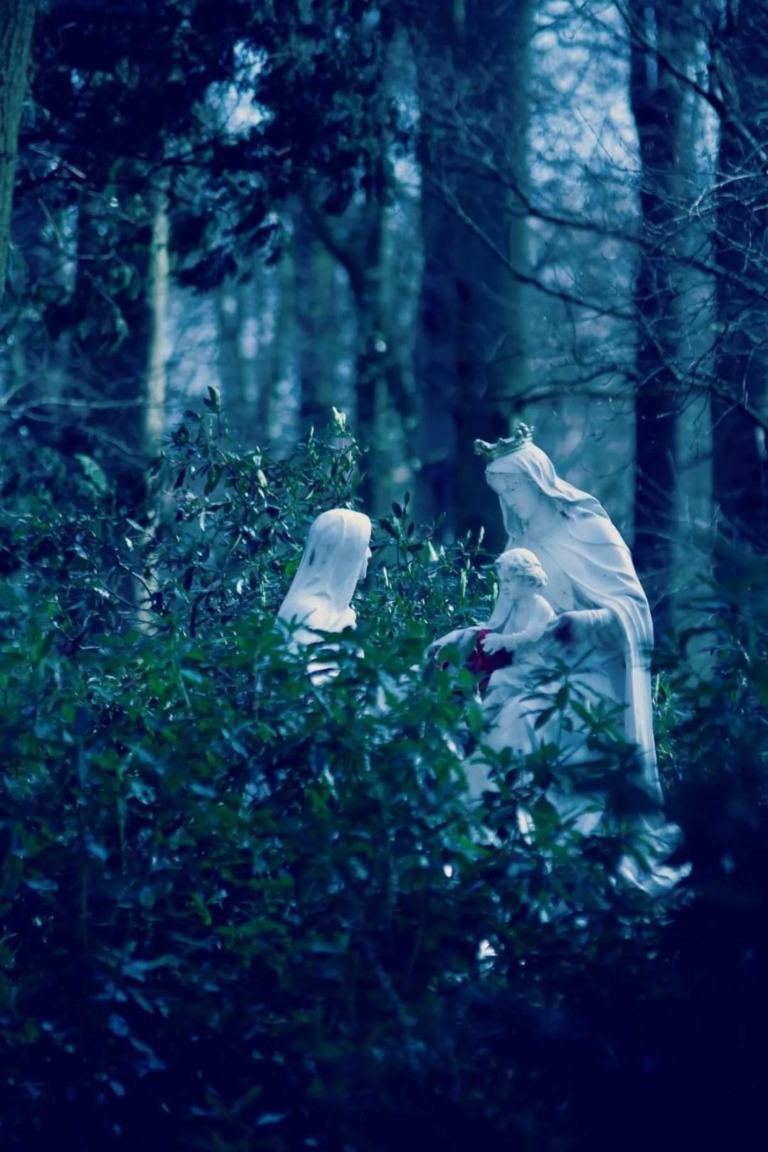 heilige beelden in een park