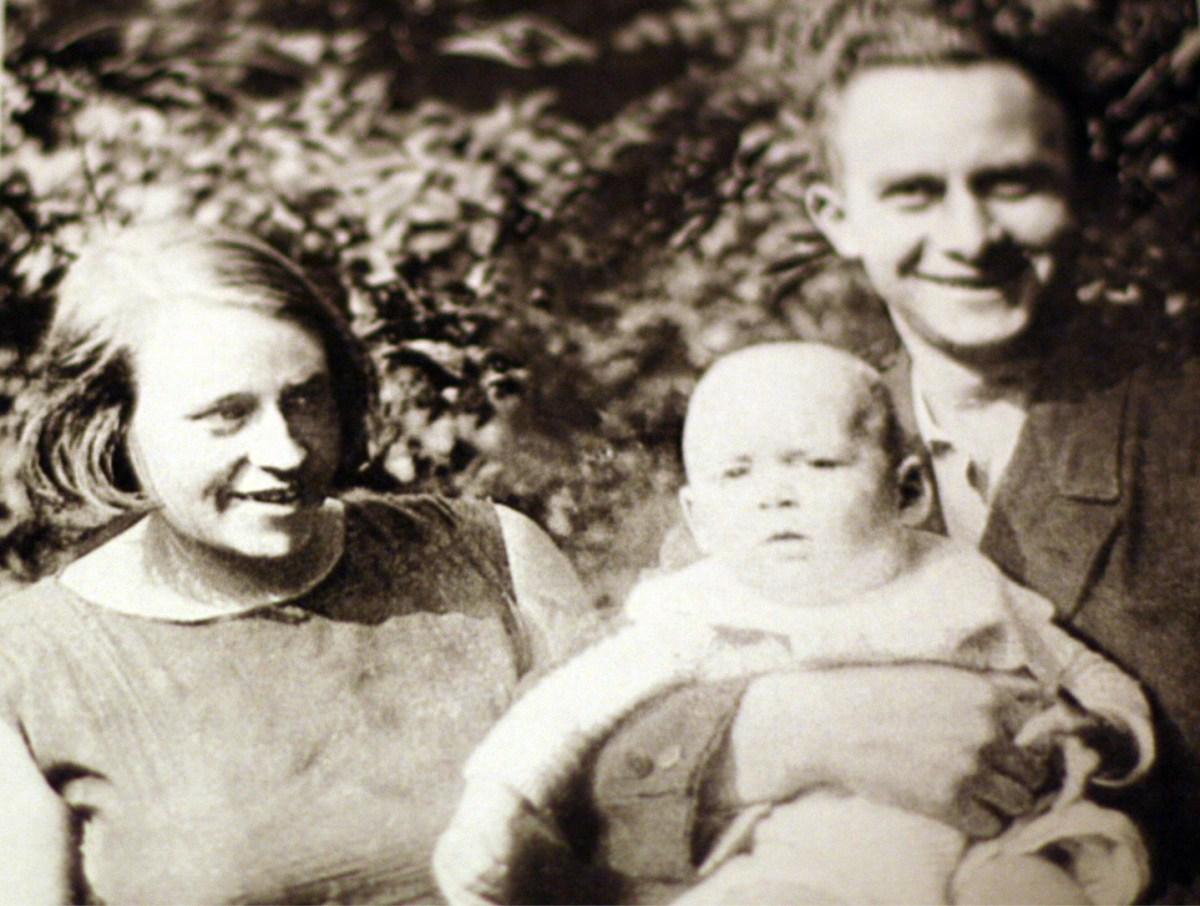 Käthchen Hespers, Dietrich Franz Hespers, Theo Hespers - die Eltern präsentieren stolz ihren Sohn