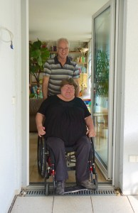 Auf dem Bild sind Brigitte und Frieder Seiferheld zu sehen inklusive ihrer Nullschwellen-Terrassentür, Foto von Ulrike Jocham, die Frau Nullschwelle