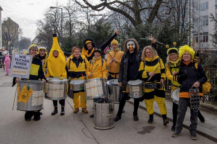 """Die Sambagruppe Drumadama auf dem Münchner Faschingsumzug """"Damische Ritter"""" am 24. Februar 2019"""