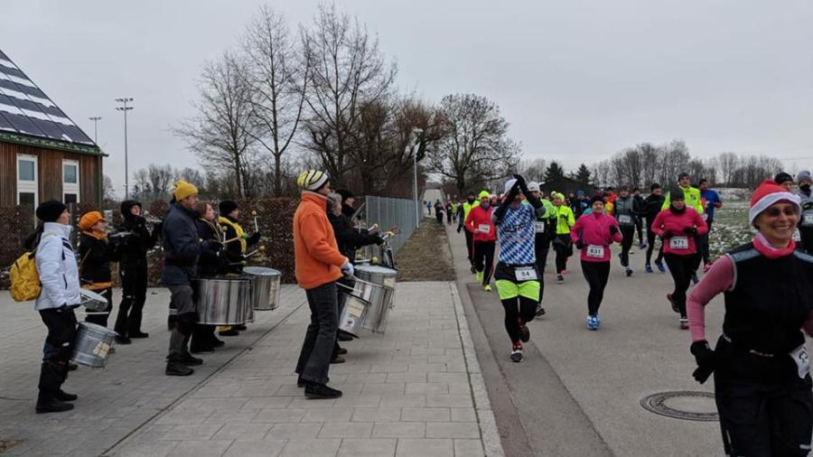 Drumadama trommelt beim Ismaninger Winterlauf 2018