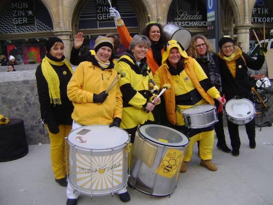 Die wunderbare Sambaband DRUMADAMA im Einsatz für Bienen bei der Auftaktveranstaltung zum Volksbegehren Artenvierlfalt auf dem Marienplatz in München.
