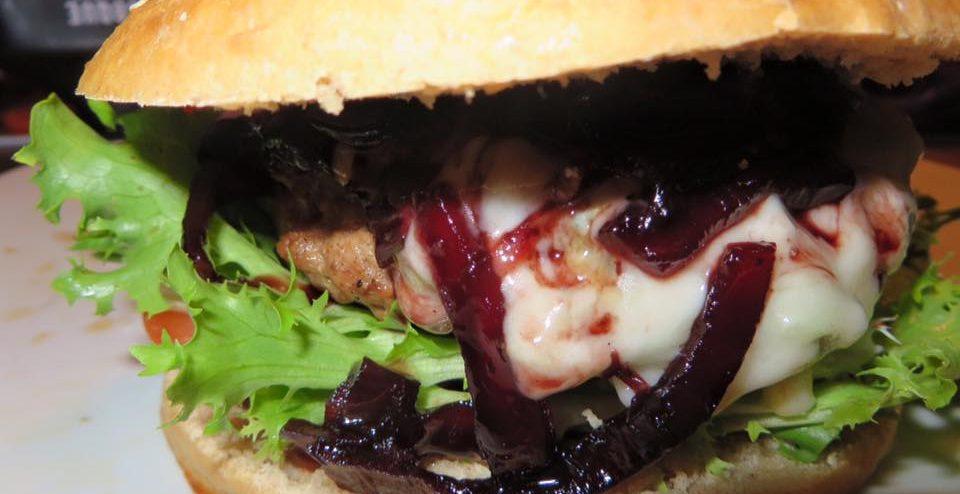 Pulled Pork Burger Gasgrill : Rotweinzwiebel gorgonzola burger vom gasgrill die nordgriller