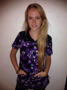 Luisa Ramirez vertreibt über Facebook bunte Kasacks aus den USA.