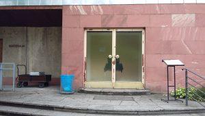 Bestattungsinstitut gleicht einem Hinterhof einer verlassenen Fabrik