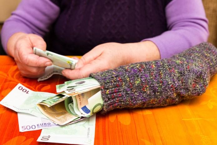Gehälter der Senioren steigen stetig - für Junge bleiben Lohnerhöhungen oder Vorsorgemöglichkeiten aus