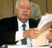 Vor Prozessbeginn im Bochumer Landgericht sortiert Roland Ernst am Montag (04.12.2000) seine Unterlagen. Der 64-jährige Immobilienentwickler muss sich wegen des Verdachts der Bestechung und Untreue verantworten. dpa/lnw