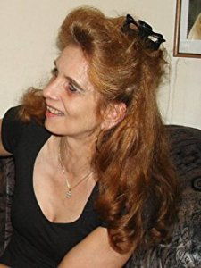 Foto der Autorin im Halbprofil, lächelnd