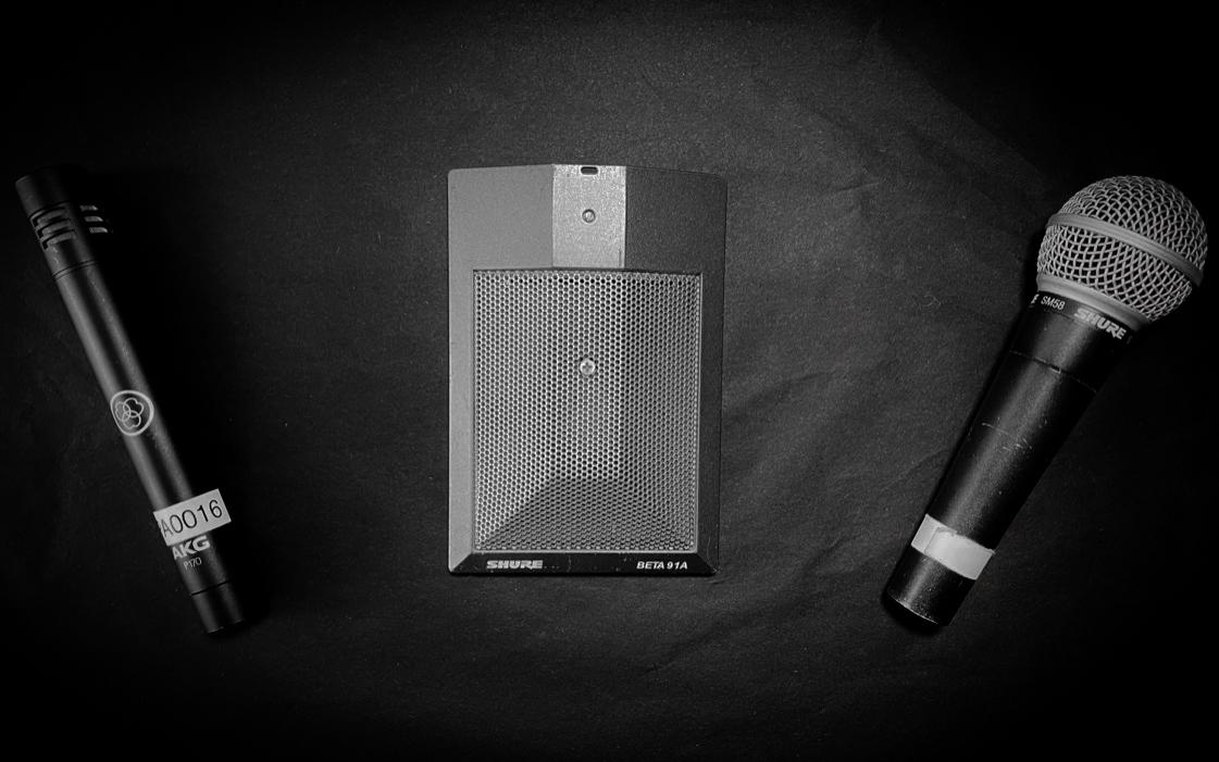 tre-microfoni-su-fondo-nero