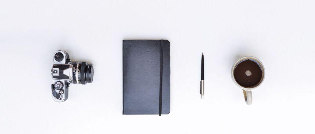 Varios objetos ordenados con fondo planco, tan ordenado como el excel de seguimiento de tareas